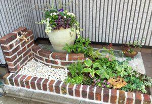 小さい庭,かわいい庭,かわいい水道,大きい寄せ植え,小さいガーデニング,ヒューケラ,レンガの水道