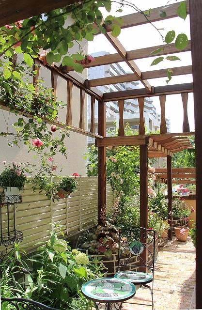 バラの素敵なお庭,テラスのあるお庭,パーゴラのあるお庭,ガーデニング,ガーデンリフォーム,レイズドベット,レンガ花壇
