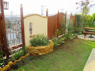 おしゃれな庭,小窓のある壁,ウッドフェンス,ガーデニング,コッツウォルズストーン,レイズベッド花壇,三郷市