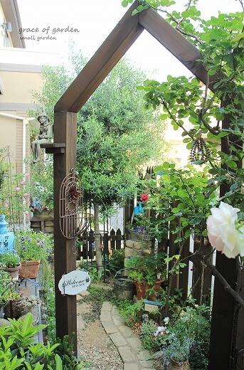 ウッドフェンス,アーチ,バラ,かわいい庭,ガーデニング,狭い庭,ガーデン,小さい庭,小さな庭,素敵な庭
