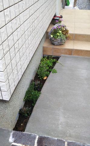 花いっぱいのアプローチをグレイスオブガーデンで素敵に外構施工