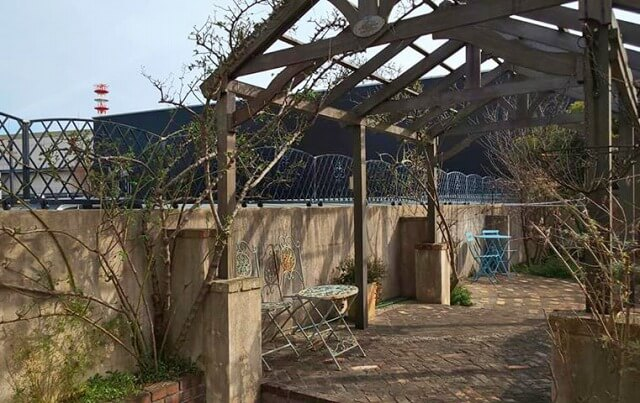 ピーターラビットが出てくるような庭にあるパーゴラ