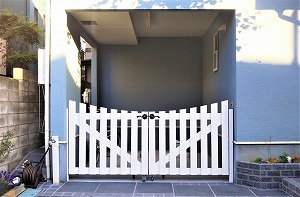 クールカラーの石畳とカーブがスタイリッシュな木製門